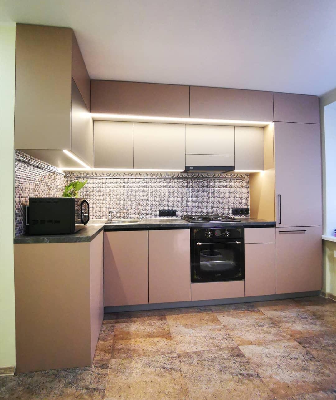 Небольшая матовая кухня под потолок