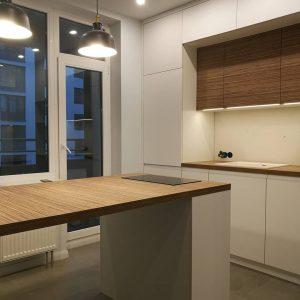Белая матовая кухня  с деревянными элементами