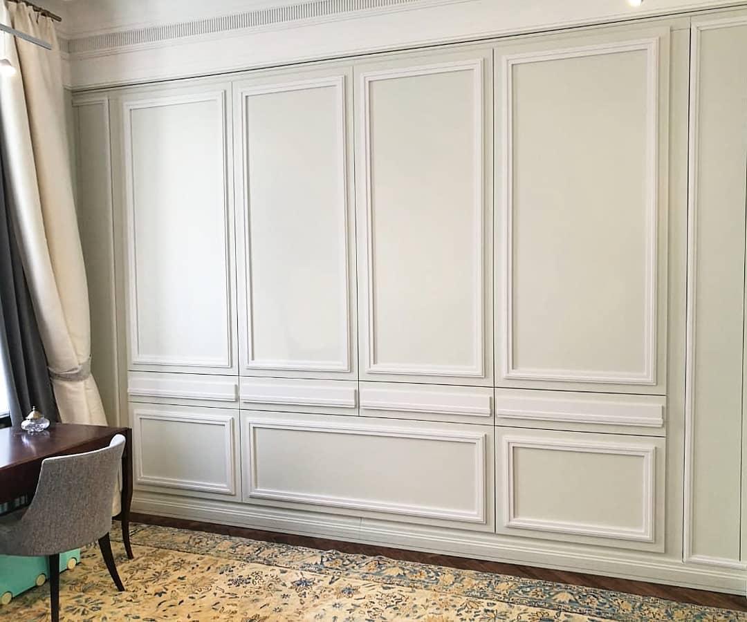 Полностью встроенный шкаф с имитацией стены и её декора