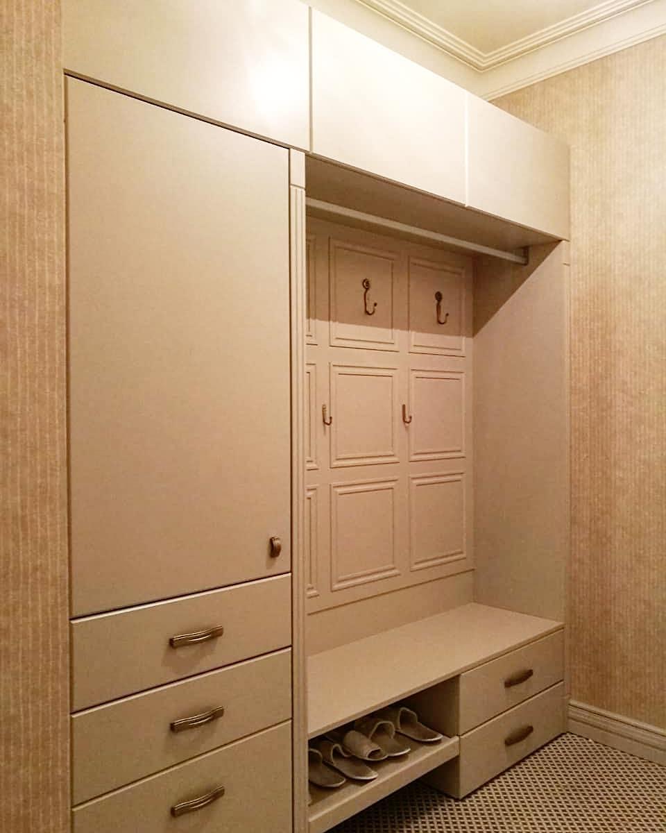 Шкаф в прихожую в классическом исполнении
