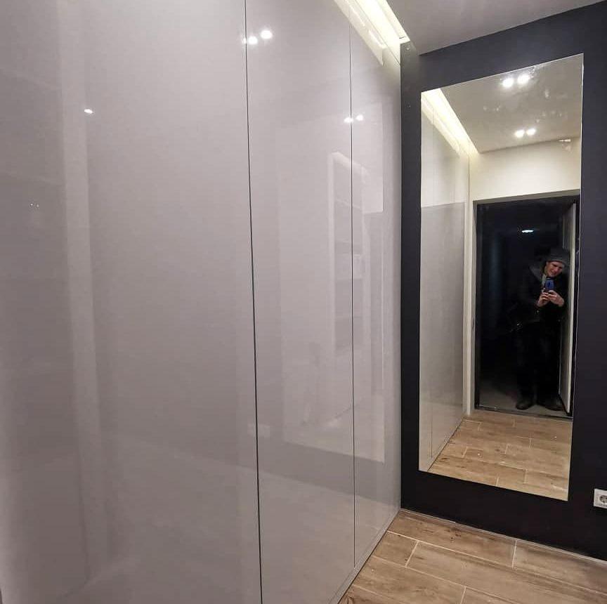 Минималистичный встроенный шкаф с распашными дверьми