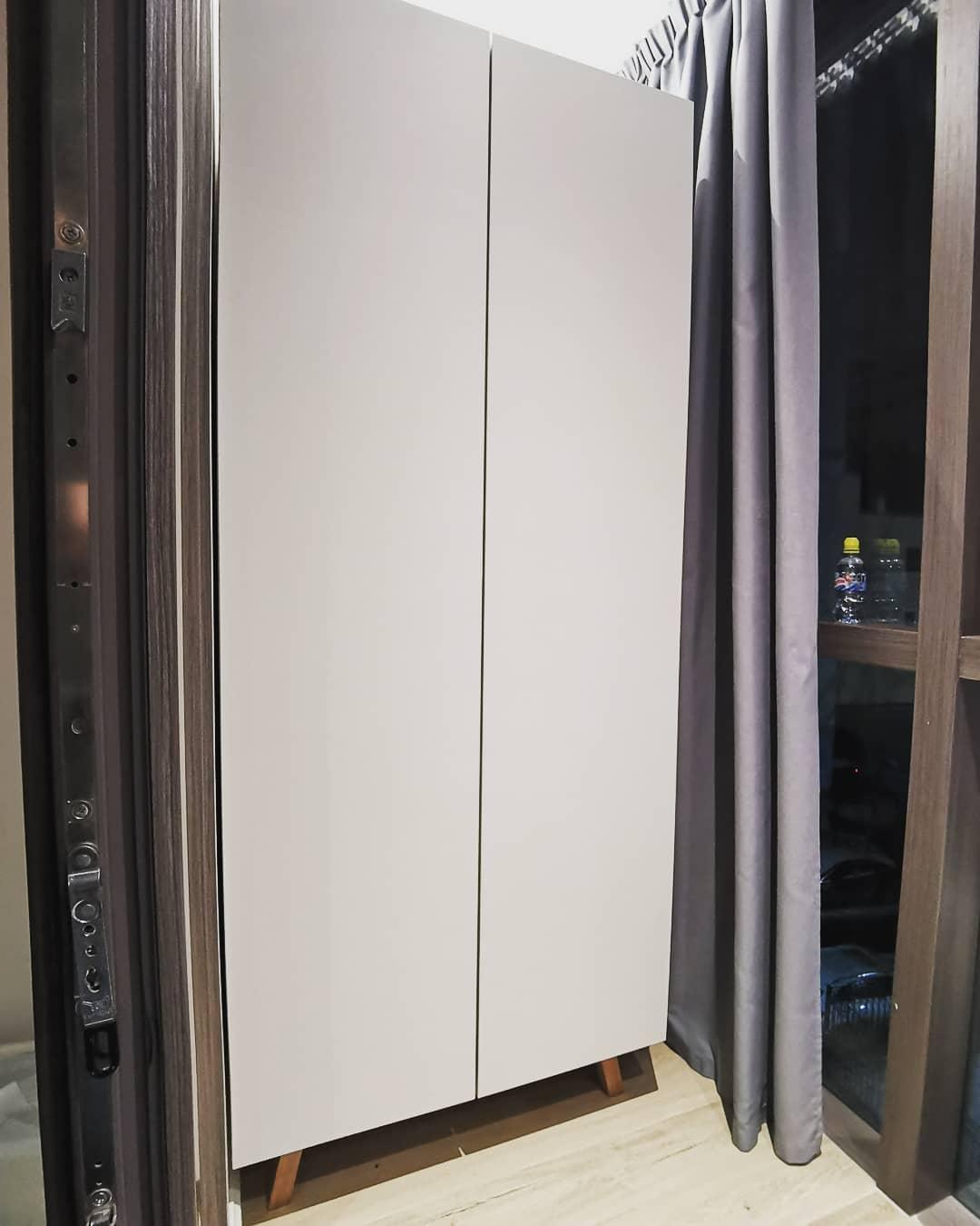 Вместительный матовый шкаф на лоджию
