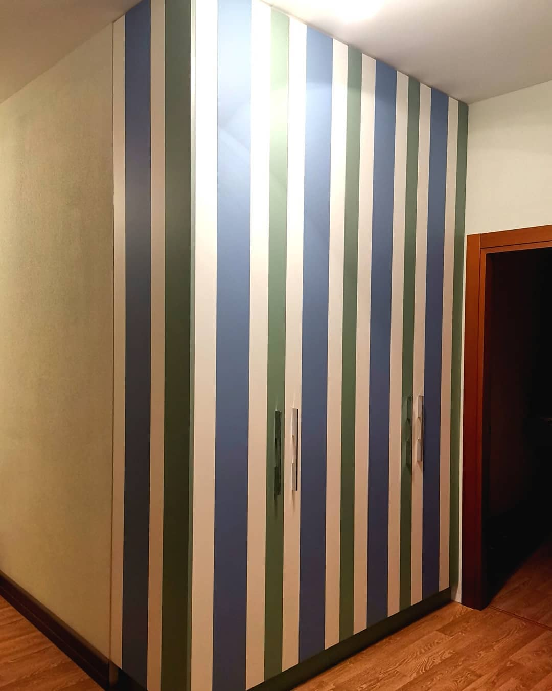 Смелый полосатый шкаф