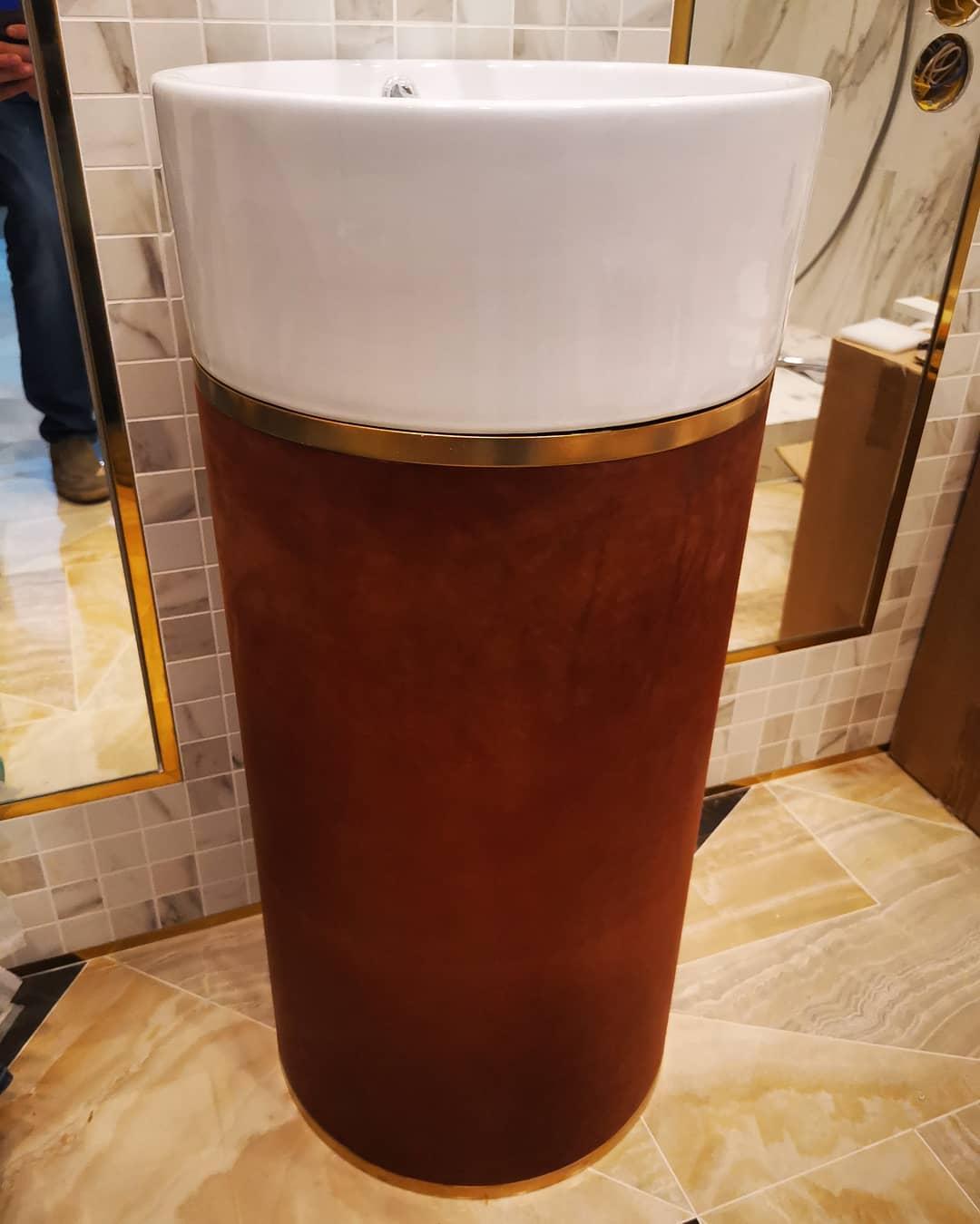 Эксклюзивная тумба под раковину, обтянутая натуральной кожей