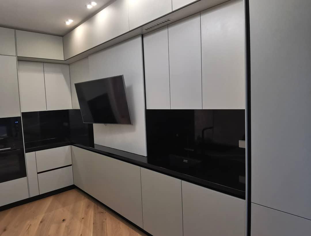 Кухня с крашеными фасадами в помещение с нестандартной геометрией