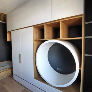 Вместительный встроенный шкаф для детской комнаты