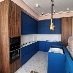 Синяя матовая кухня с деревянными акцентами