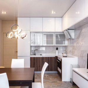 Современная кухня с белыми глянцевыми фасадами и пластиком под дерево