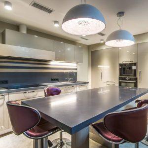 Модная кухня в светлых тонах