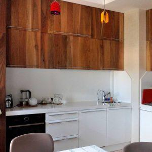 Уютная кухня из натурального ореха