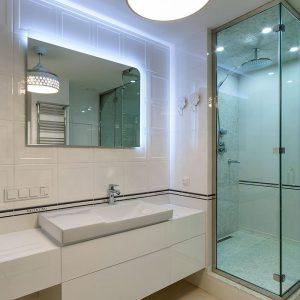 Стильная белая мебель для ванной комнаты