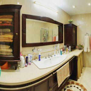 Темная мебель и декор в ванную комнату