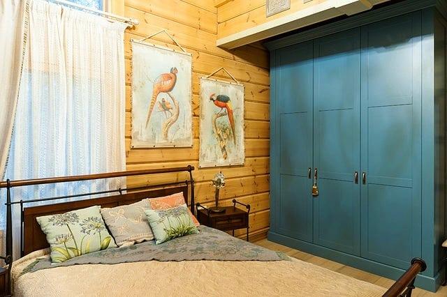 Яркий синий шкаф
