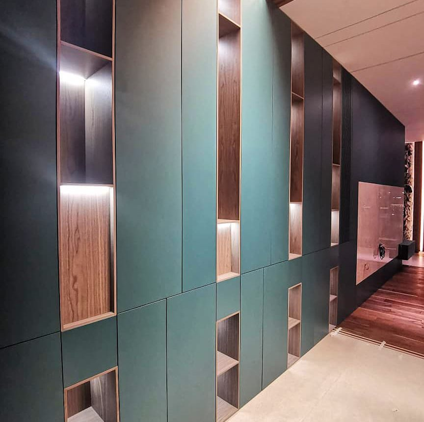 Матовый встроенный шкаф с подсветкой и деревянными нишами