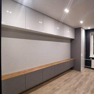 Стильная белая стенка с деревянной столешницей в гостинную