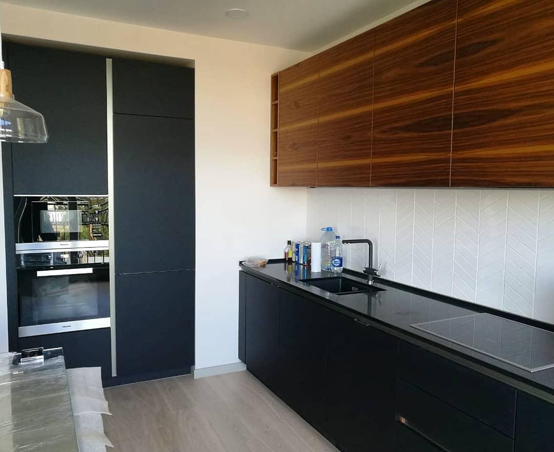 Современная кухня в двух цветах