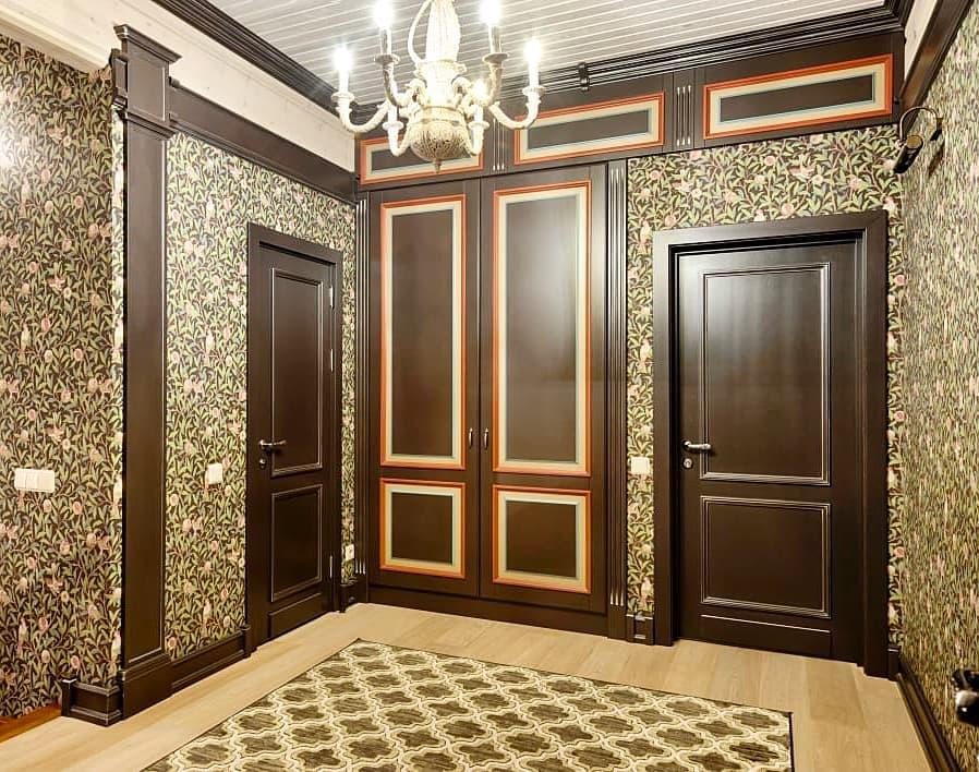 Шикарный встроенный шкаф с распашными дверьми