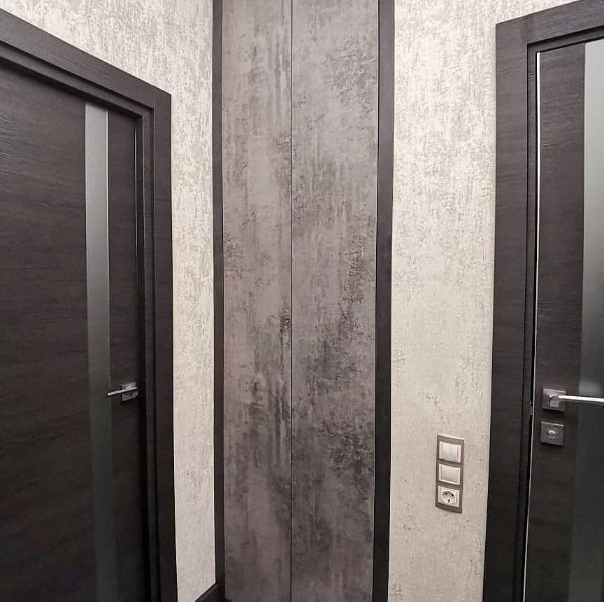 Встроенный в стену шкаф