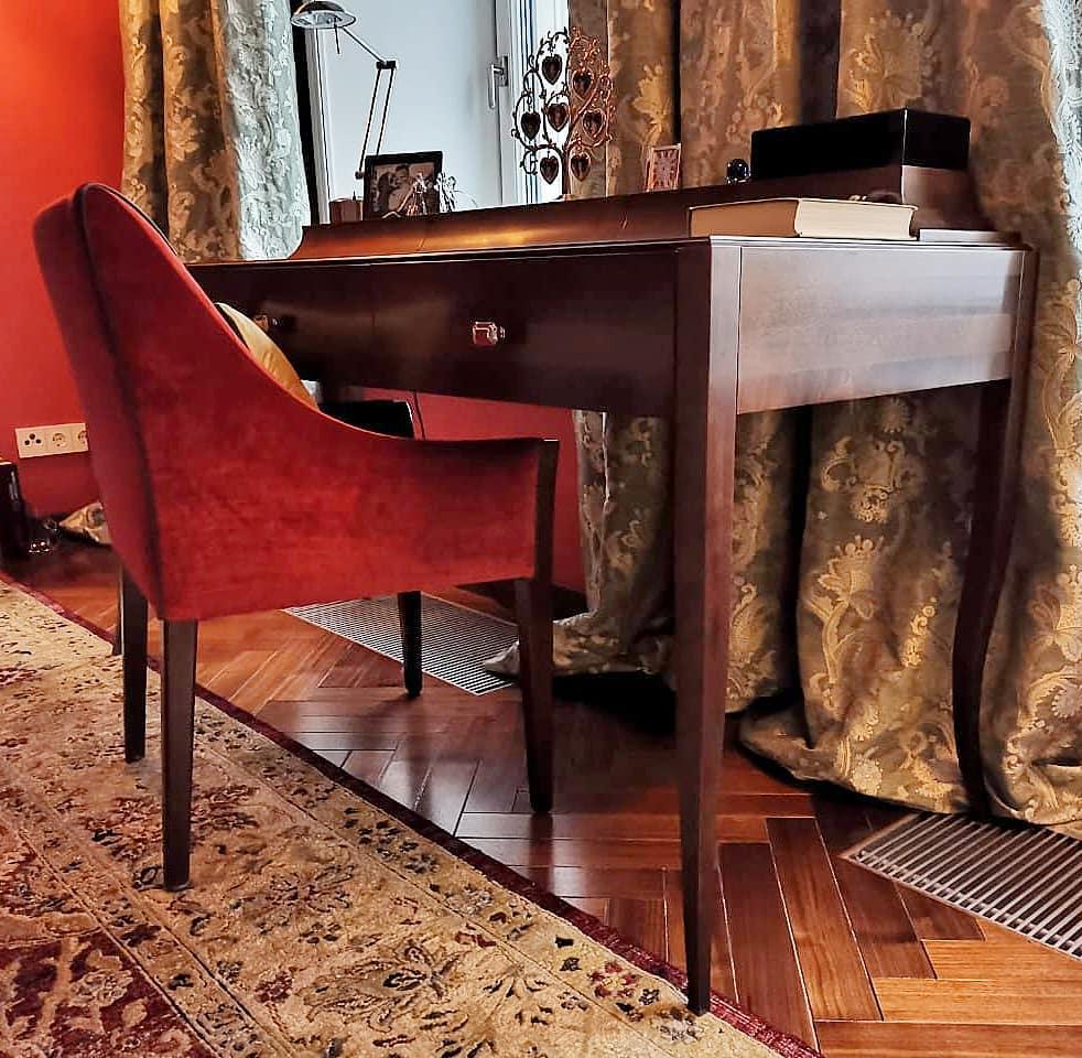 Классический столик с  изогнутыми ножками