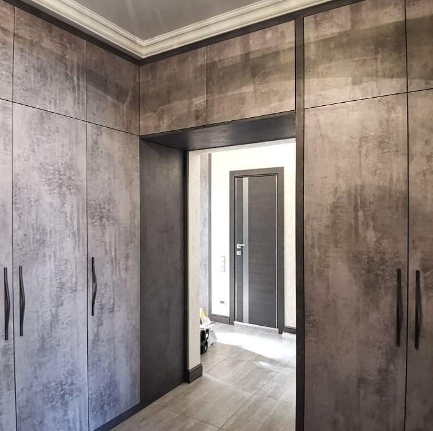 Смелая прихожая с фасадами под бетон в стиле Лофт