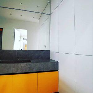Желтая тумба в ванную комнату