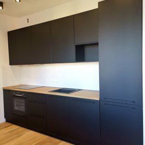 Смелая чёрная матовая кухня