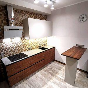 Модная кухня с барной стойкой и шпоном ореха