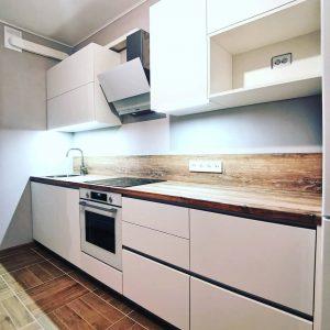 Небольшая белая кухня для ограниченного пространства