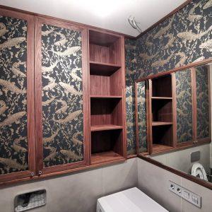 Встроенный ореховый шкафчик над инсталляцией и зеркало