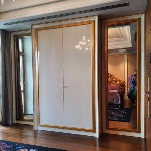 Классический шкаф с резным декором