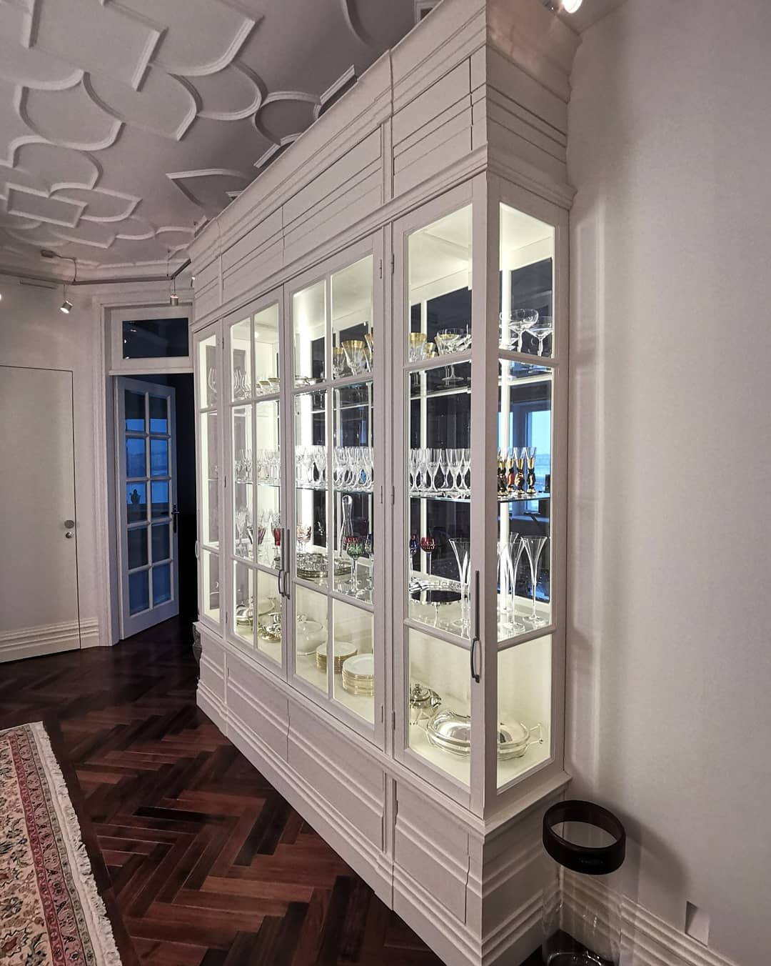 Шикарный витринный шкаф