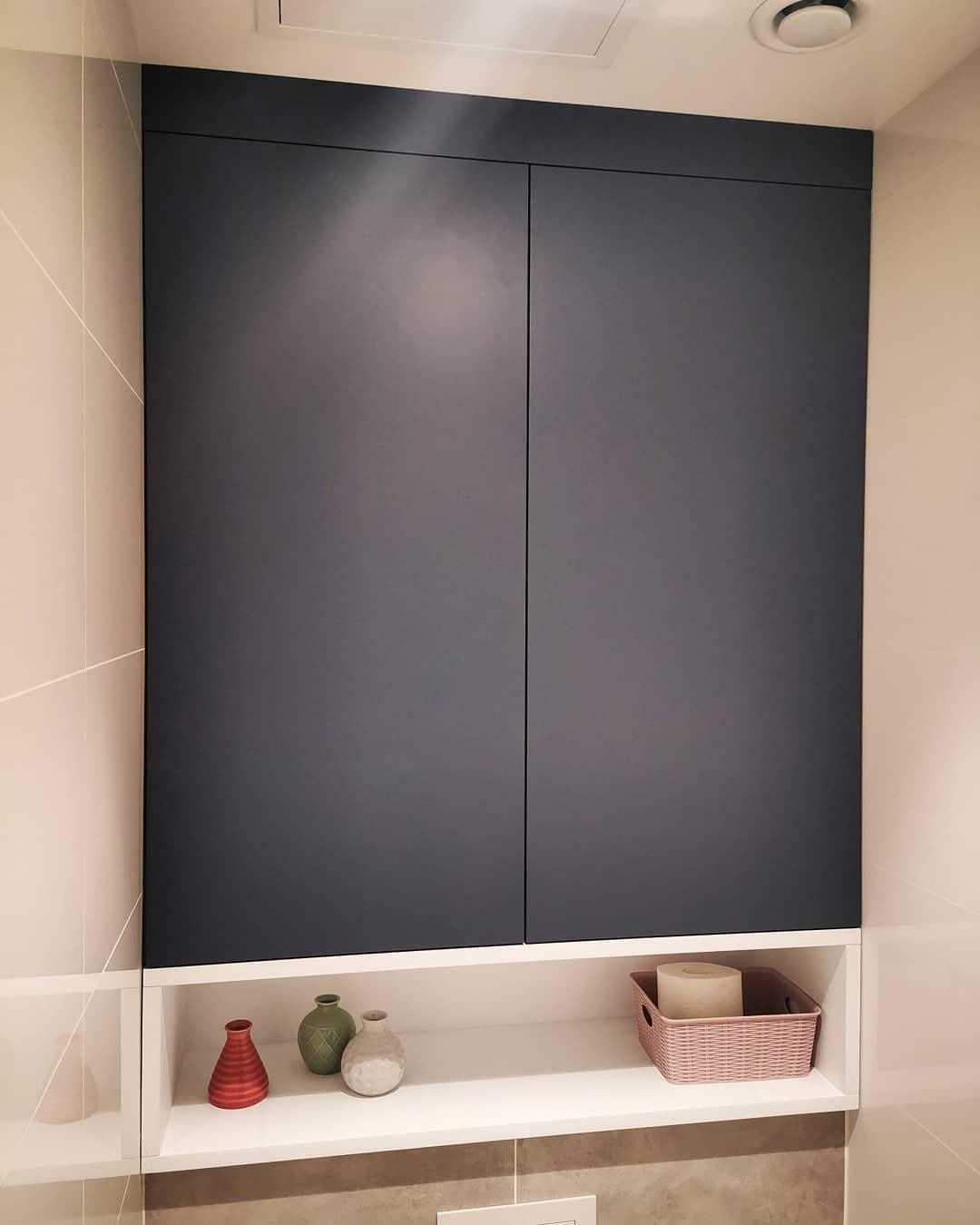 Встроенный шкафчик над инсталляцией в сан. узел