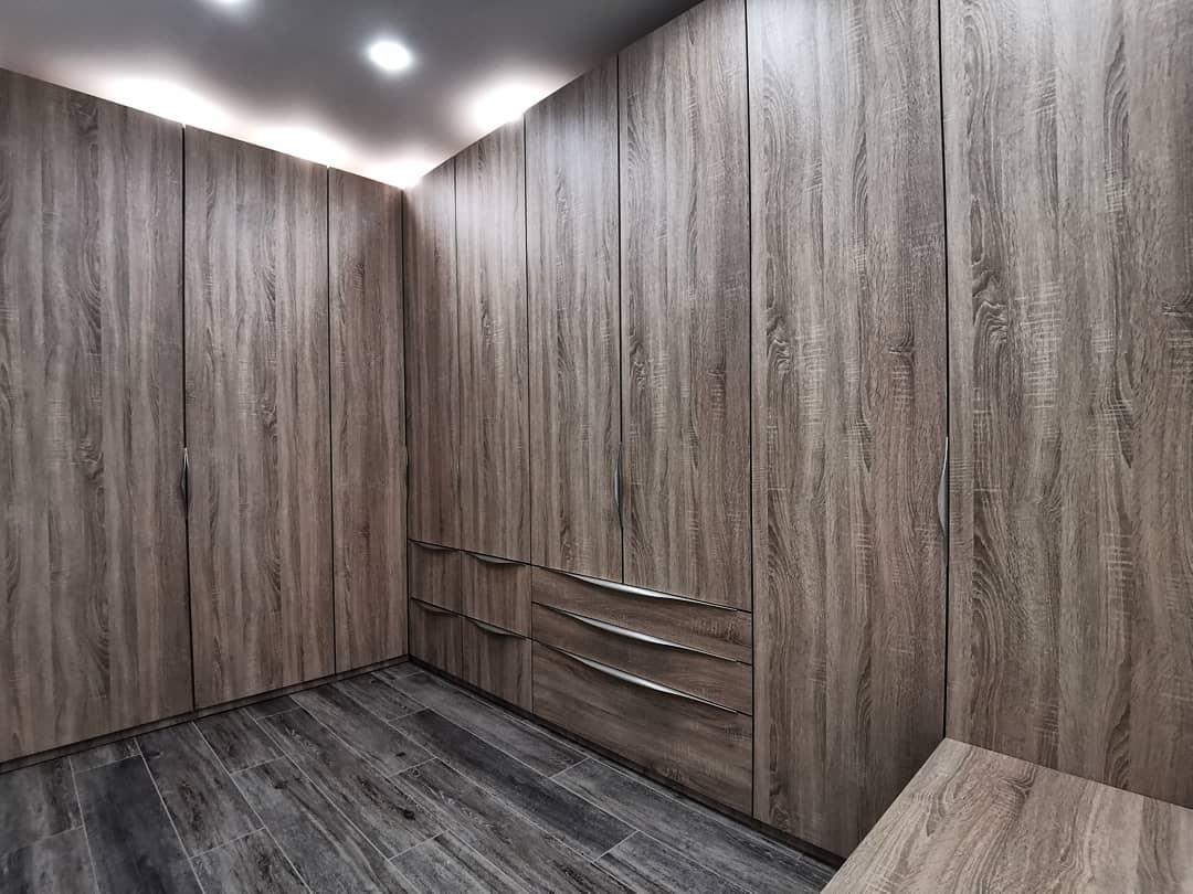 Закрытая гардеробная в современном стиле