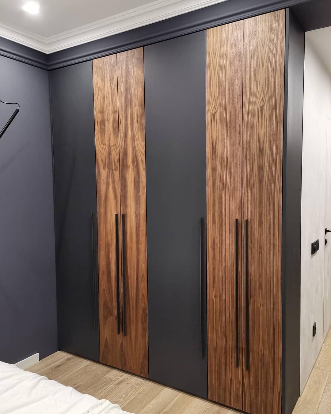 Стильный шкаф в прихожую из МДФ