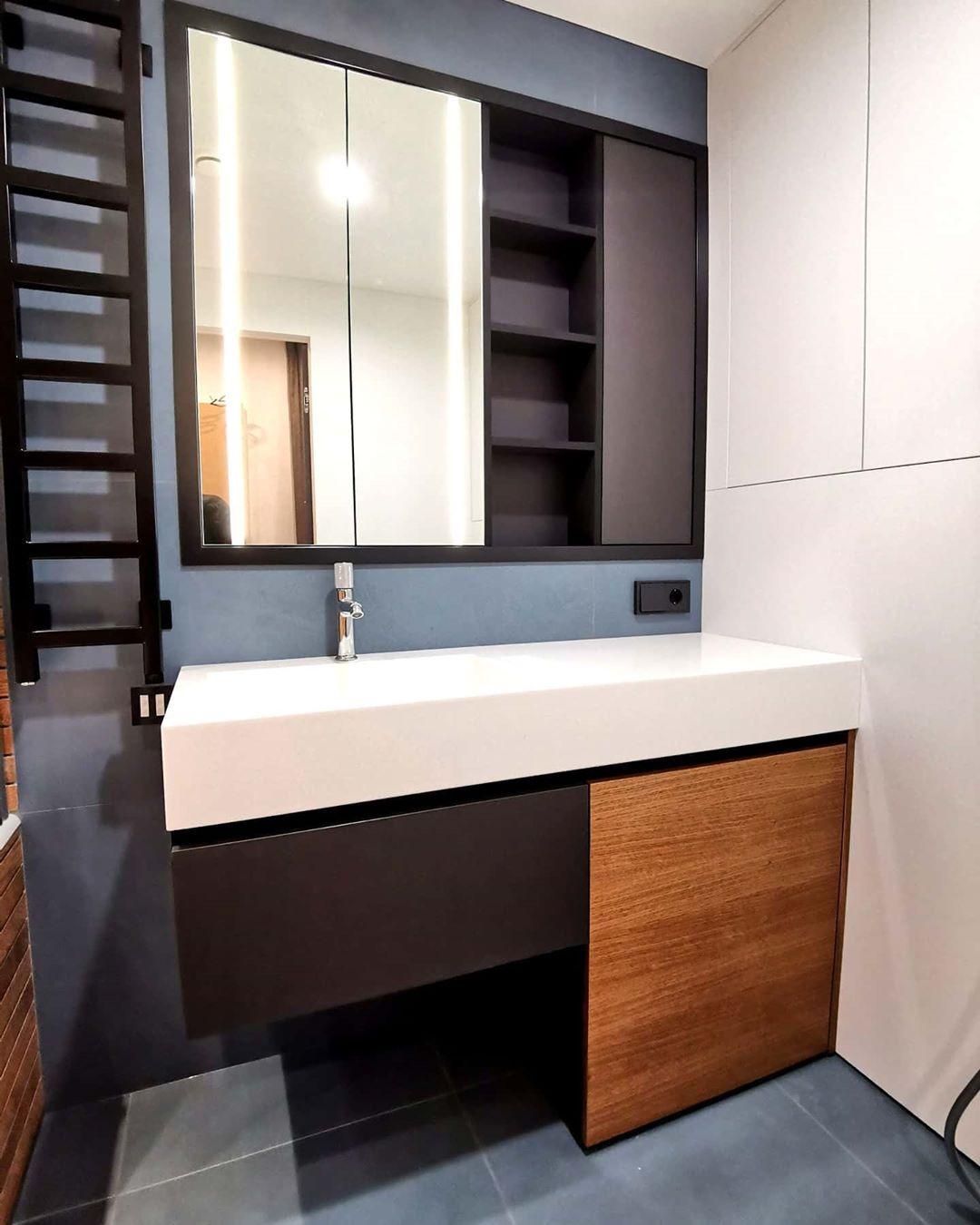 Встроенный шкафчик в ванную комнату, тумба под раковину и зашивка над инсталляцией