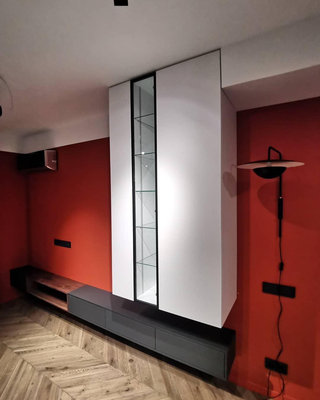 Тумба и подвесной шкаф с подсветкой
