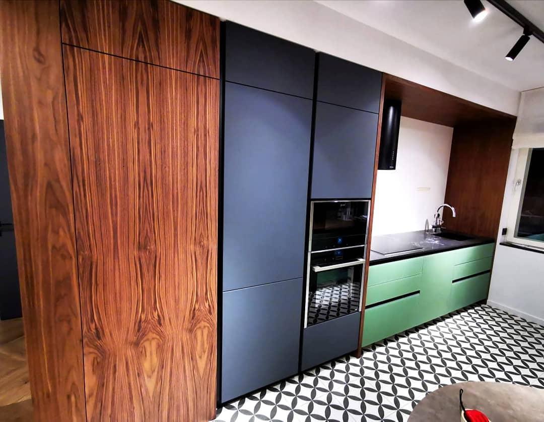 Современная кухня с ярким акцентом, фасады из стекла и шпона