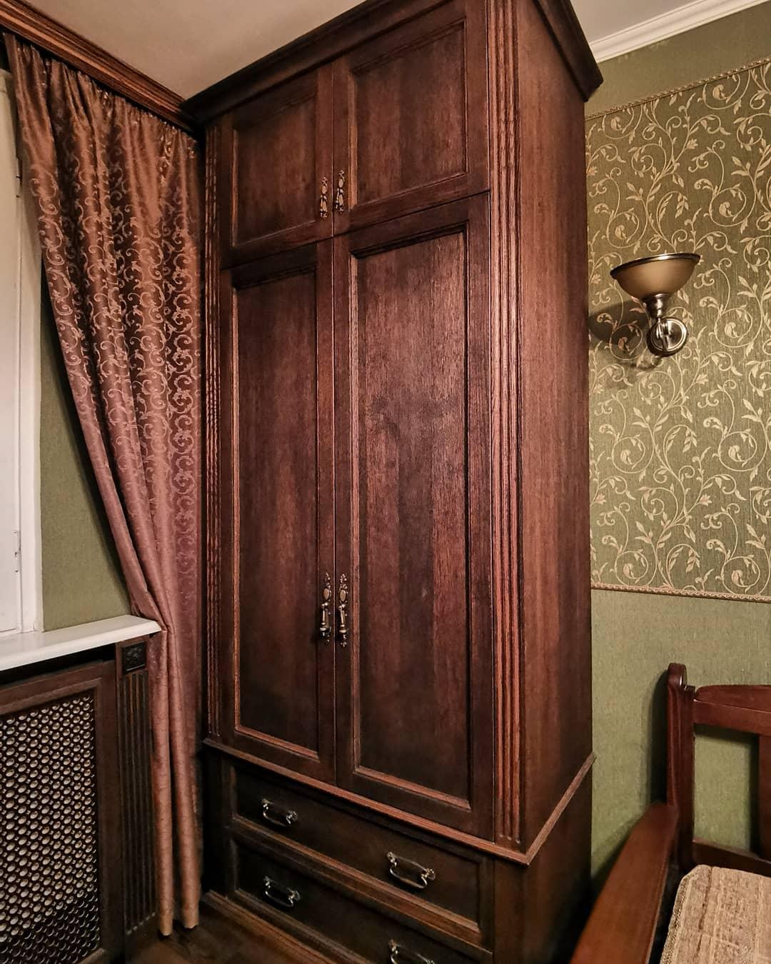 Классический шкаф ручной работы