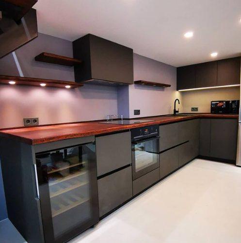 Кухня с крашеными фасадами soft touch, столешница массив дуба