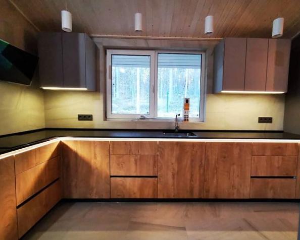 Кухня с фасадами KAINDL и подсветкой в профиле Gola
